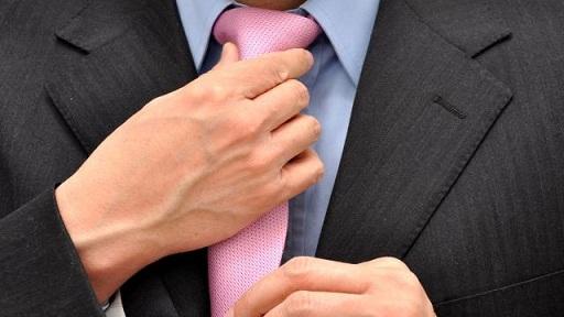 Comment faire un nœud de cravate rapidement ?